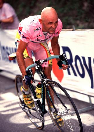 """Com a """"maglia rosa"""", de primeiro lugar do Giro, que ele venceu em 1998"""