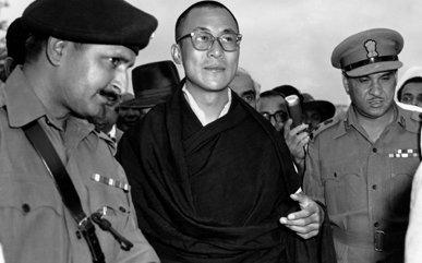 No dia 19 de abril, o Dalai Lama é recebido por Nehru em Nova Délhi