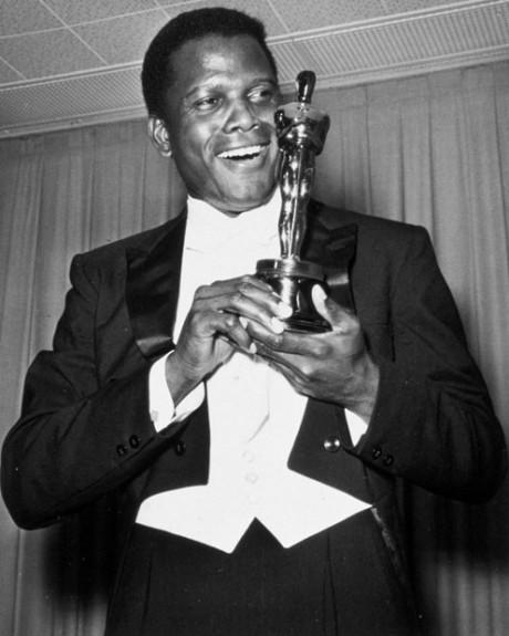 Sidney Poitier é o primeiro ator negro a ganhar o Oscar