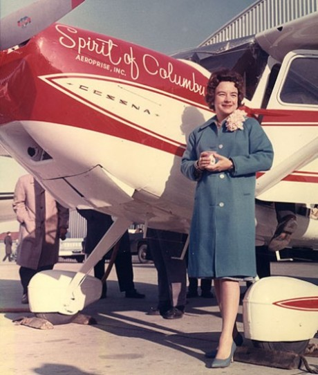 Jerrie Mock é a 1ª mulher a cruzar o mundo em um avião
