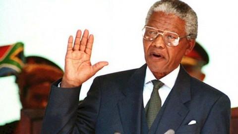 Nelson Mandela toma posse como presidente da África do Sul