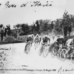 Imagem com pelotão no 1º Giro d'Italia