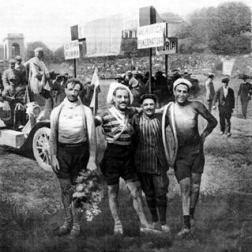 Luigi Ganna, vencedor do Giro em 1909, Carlo Galetti (2º), Giovanni Rossignoli (3º) e Dario Beni, ganhador da primeira e última etapas
