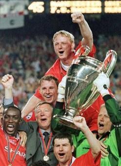 Sir Alex Ferguson e os jogadores com a taça
