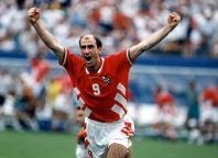 O carequinha Letchkov comemora gol contra a Alemanha