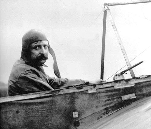 Com monoplano, Louis Blériot atravessa o Canal da Mancha