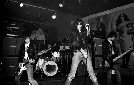Ramones tocam pela primeira vez no CBGB, em Nova York