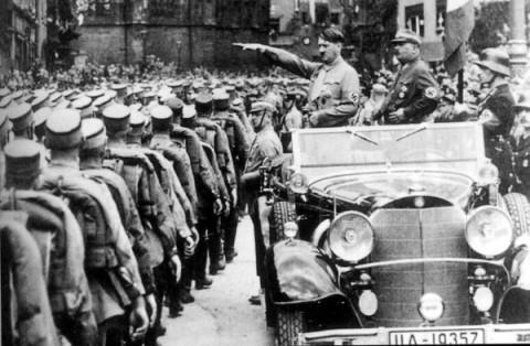 Adolf Hitler vira Fuhrer na Alemanha