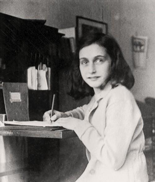 Anne Frank é capturada pelos nazistas