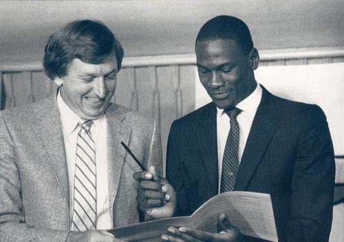 Michael Jordan assina primeiro contrato com o Chicago Bulls