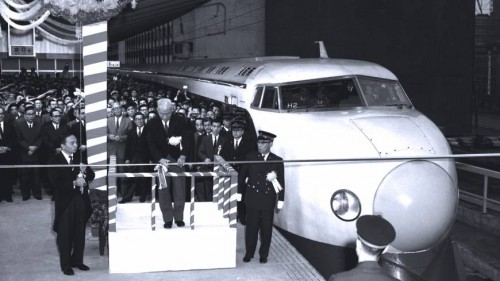Primeiro trem-bala é inaugurado no Japão
