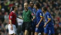 Jogadores do Arsenal pressionam árbitro