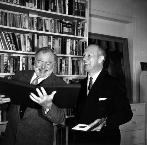 Ernest Hemingway ganha Nobel de Literatura