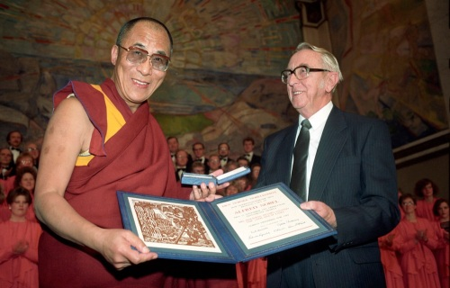 Dalai Lama recebe o Prêmio Nobel da Paz na Noruega