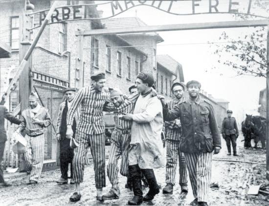Exército soviético liberta Auschwitz