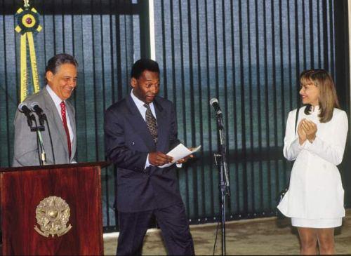 Pelé toma posse como ministro extraordinário do Esporte