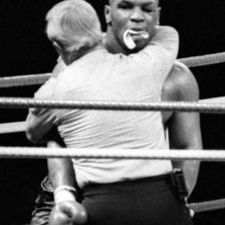 O abraço de Mehran em Tyson