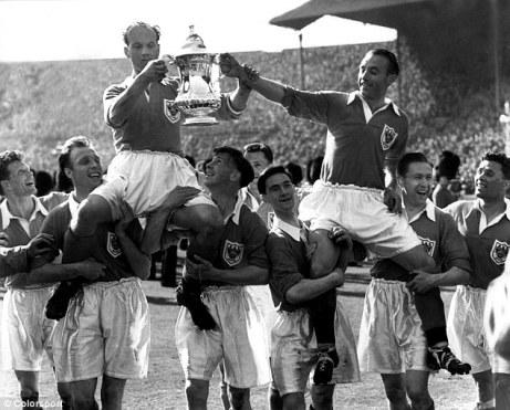 À direita, com a taça da FA Cup de 1953