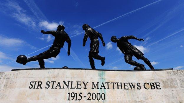 Monumento em sua homenagem, na frente do estádio do Stoke City