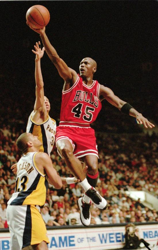 Michael Jordan volta ao basquete e ao Chicago Bulls