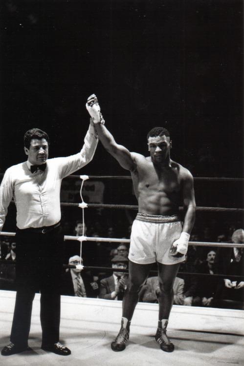 Mike Tyson vence por nocaute em sua estreia profissional