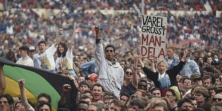 A multidão saúda Mandela