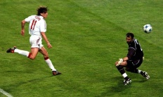 Crespo anota o 3º do Milan