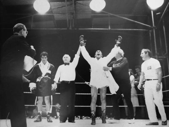 Miguel de Oliveira conquista cinturão dos médios ligeiros