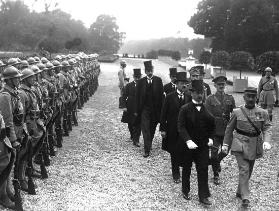 Tratado de Trianon é assinado na França