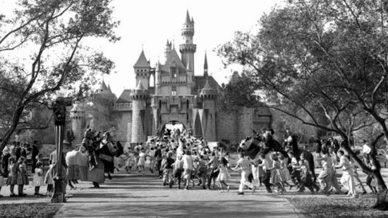Disneyland é inaugurada na Califórnia