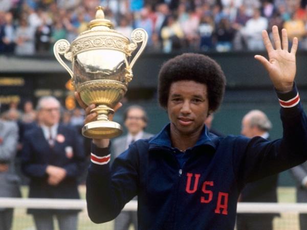 Arthur Ashe se torna o primeiro negro a vencer Wimbledon