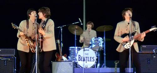 Beatles se apresentam no Shea Stadium para 55 mil pessoas