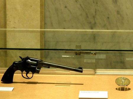 A arma e a medalha de ouro de Paraense