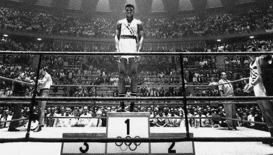 Cassius Clay conquista medalha de ouro na Olimpíada de Roma