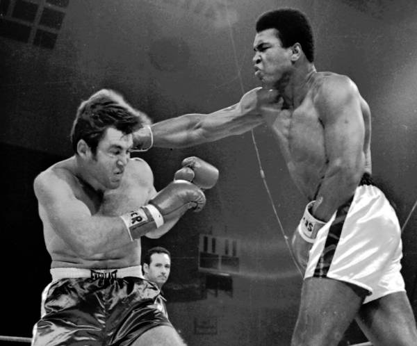 No retorno ao boxe, Ali vence por nocaute técnico