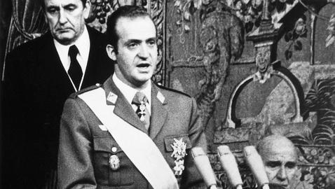 Juan Carlos assume o poder na Espanha
