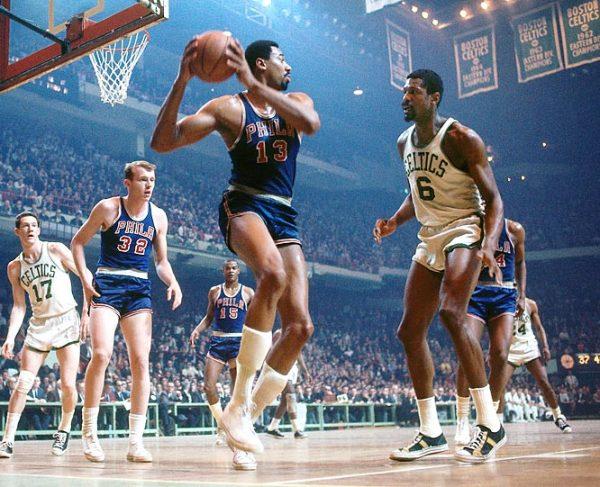 Wilt Chamberlain estabelece recorde de rebotes na NBA