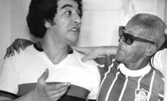 Com a camisa do Flu, ao lado do flamenguista João Nogueira