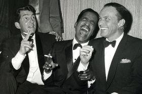 Com Dean Martin e Sammy Davis Jr, trio da famosa Rat Pack