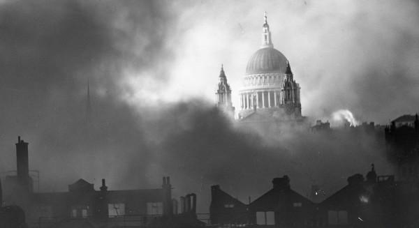 Londres sofre pesado bombardeio alemão na 2ª Guerra