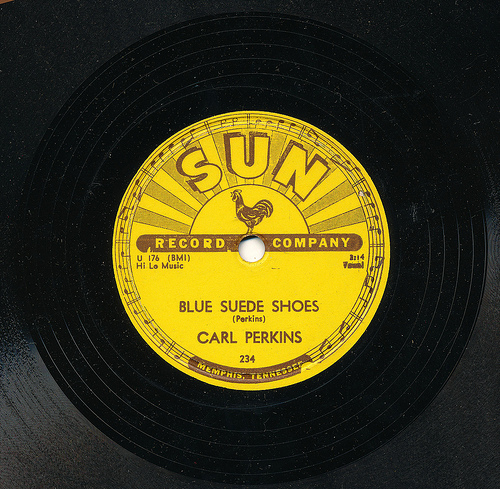 "Carl Perkins lança o compacto de ""Blue Suede Shoes"""