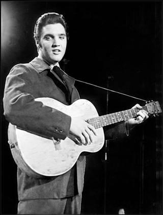 Elvis Presley ganha seu primeiro violão