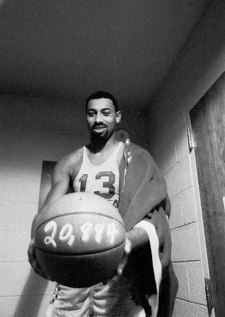 Wilt Chamberlain se torna o recordista de pontos da NBA