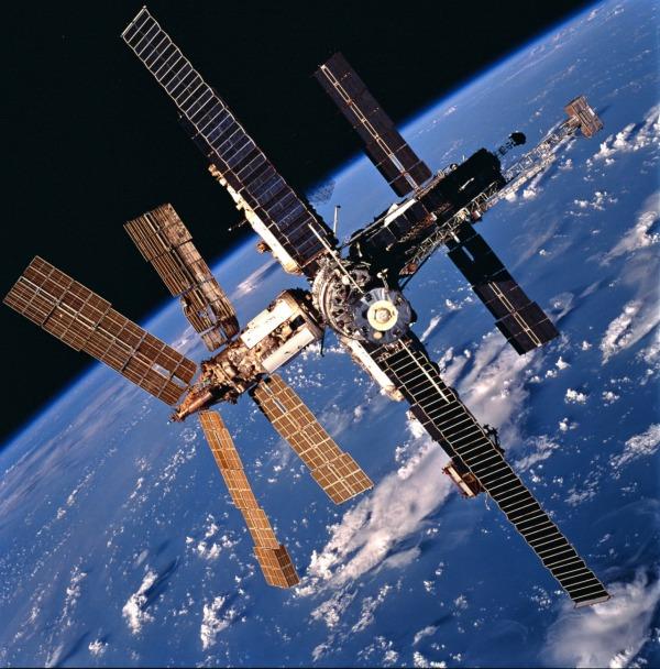 Estação espacial Mir é lançada pela União Soviética