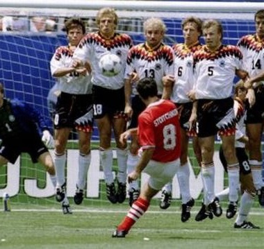 Golaço de falta nas quartas contra a Alemanha