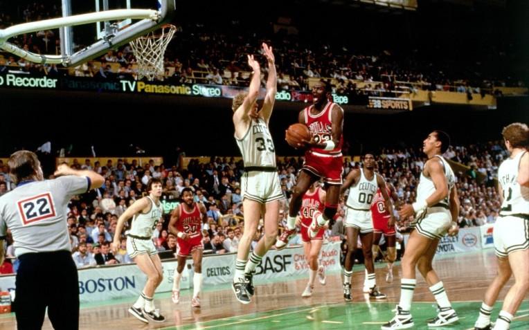 Jordan crava recorde de pontos em jogo de playoff da NBA