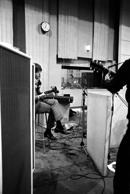 """Beatles começam a gravar """"Eleanor Rigby"""""""
