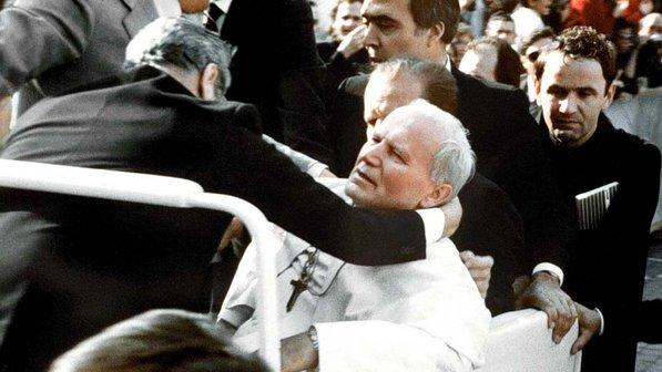 Papa João Paulo II sofre atentado no Vaticano