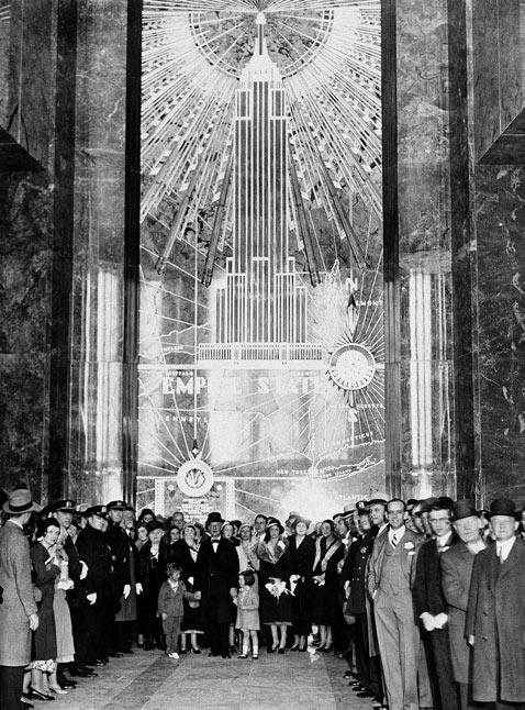 Empire State Building é inaugurado em Nova York
