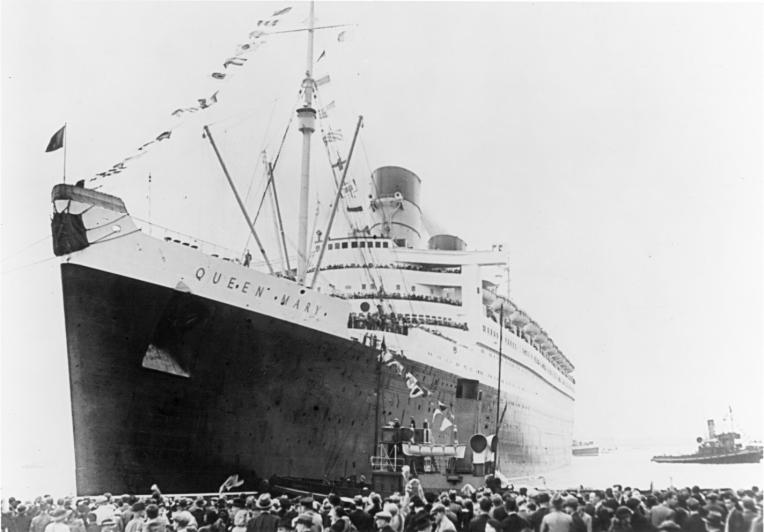 Transatlântico Queen Mary inicia a primeira viagem